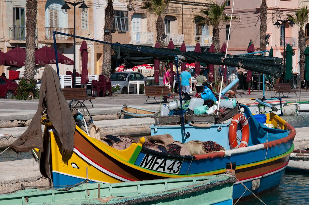 Eines der farbenfrohen Fischerboote