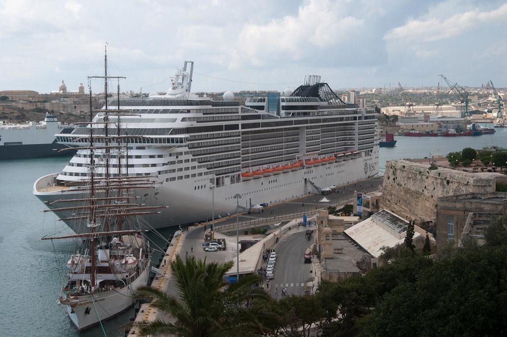 Kreuzfahrtschiff am Pier von Valetta