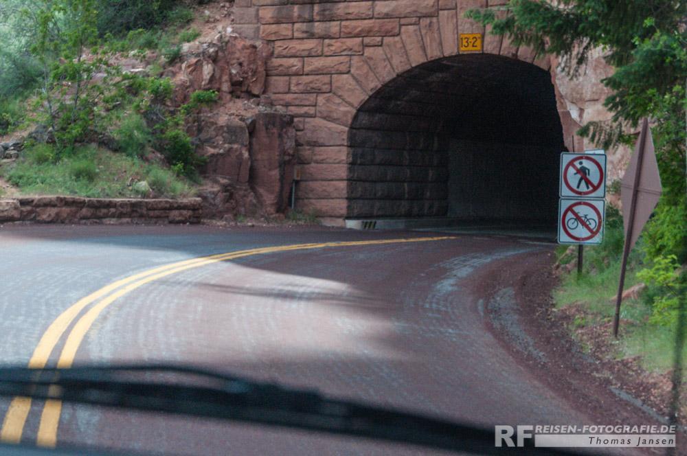 Tunneleinfahrt - jetzt immer schön in der Mitte bleiben