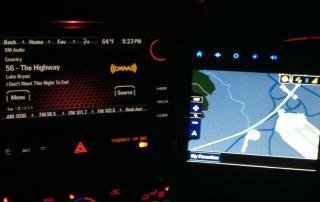 Navigation und Radio im Auto