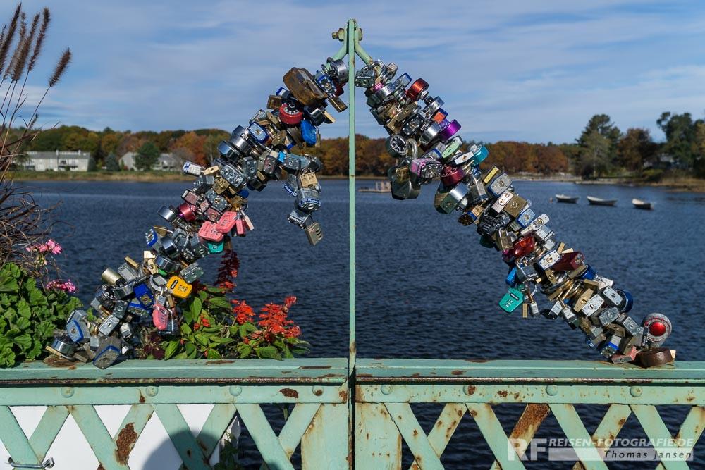 Liebesschlüssel auf einer Brücke