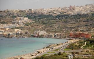Dicht besiedelt - trockenes Land - mit kleinen Badebuchten - Malta