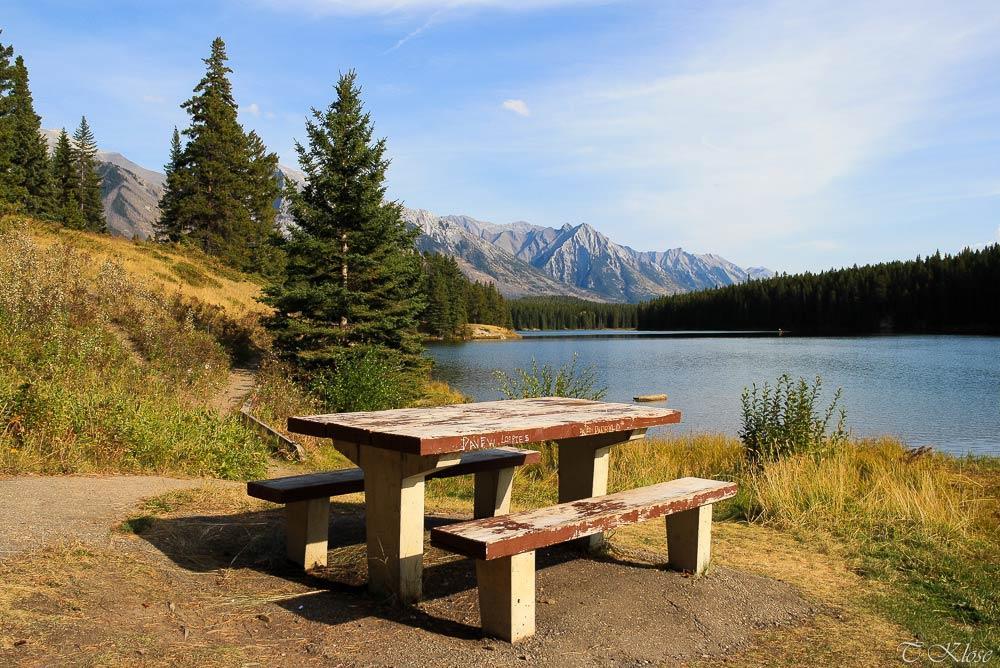 Ein Picknickplatz am Johnson Lake im Banff Nationalpark, Alberta