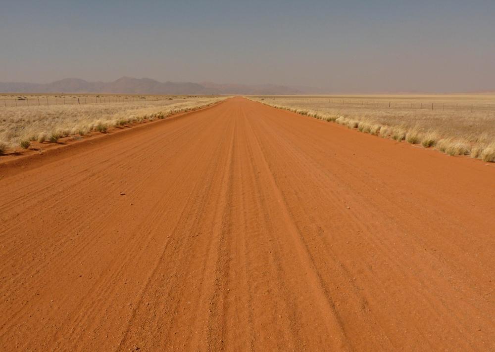 """""""Straße"""": Schön anzusehen, aber anstrengend zu fahren: die Straßen in Namibia."""