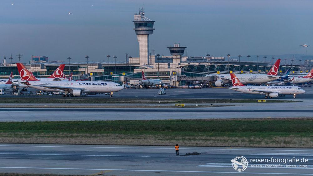 Auch Bauarbeiter schauen Flugzeuge, in der kleinen Pause