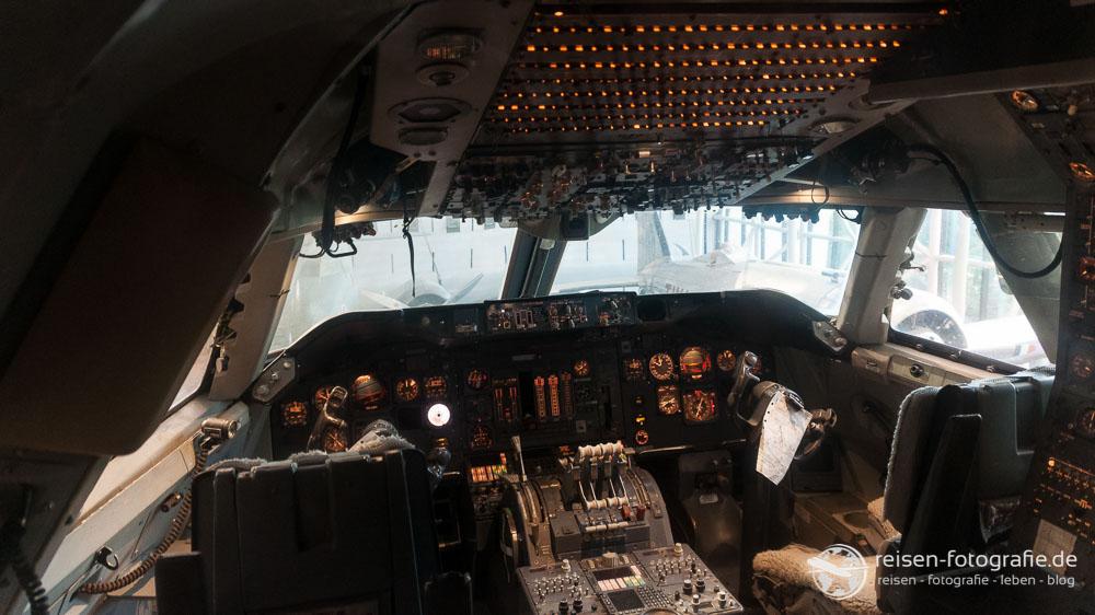 Cockpit einer alten Boeing 747-200