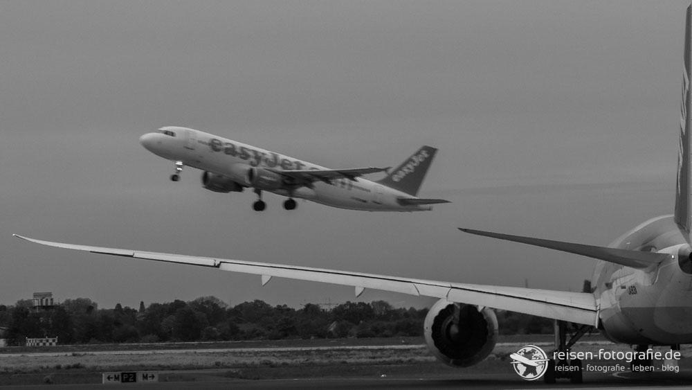 ANA Dreamliner und startender EasyJet