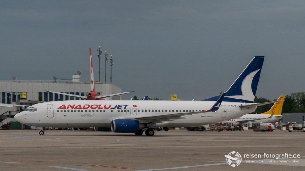 Anadolu Jet auf dem Weg zum Gate