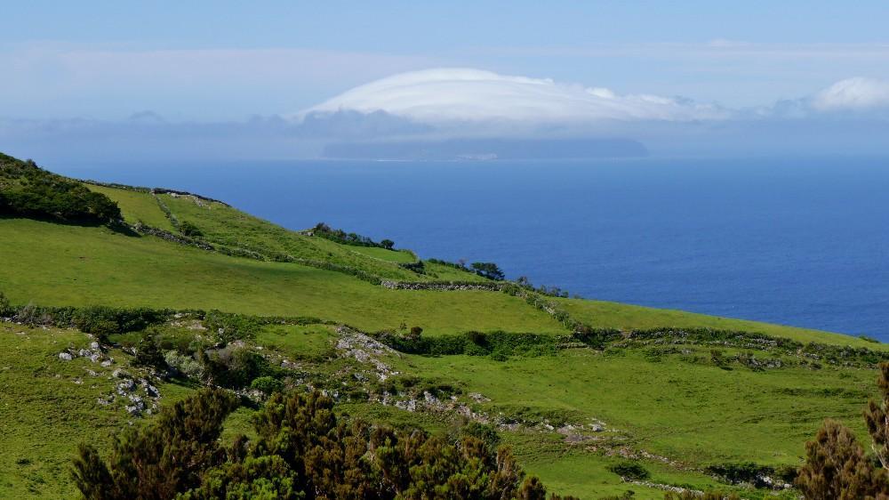 Auf Flores mit Blick auf die Insel Corvo. Vier Tage hing die Wolkenkrone über der Insel.