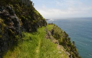 Wandern am westlichsten Punkt Europas. Meeresrauschen, Sonnenschein und üppiges Grün - was will man mehr...?