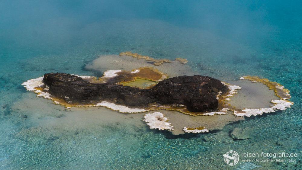 Kleine Insel im Excelsior Geysir