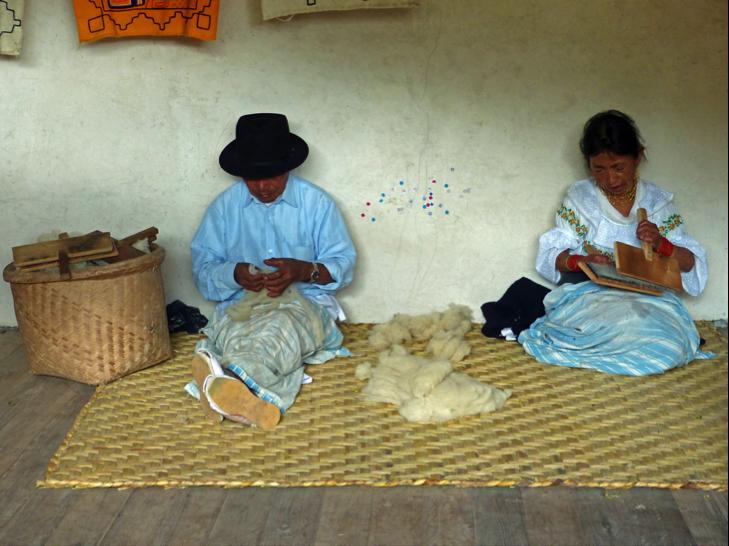Weberhandwerk im Otavalo-Tal: Schafswolle wird gekämmt und kardiert.