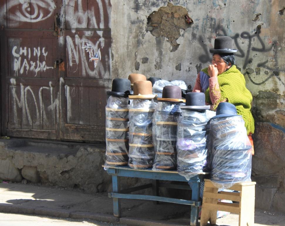 Eine Bolivianerin verkauft sogenannte Bowler Hüte in einer Straße in La Paz.