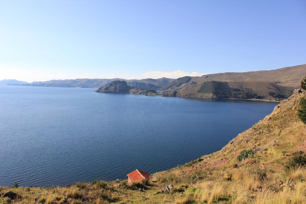 Der Titicacasee liegt auf der Hochebene der Anden.