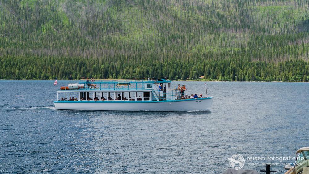 Rundfahrtboot auf dem Lake McDonald
