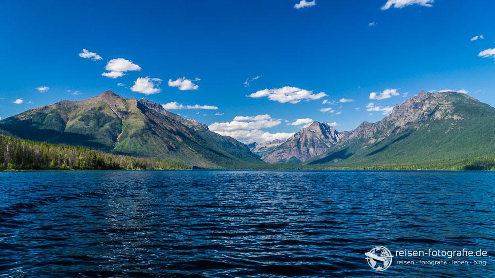 Gewaltiger Blick vom See auf die Berge