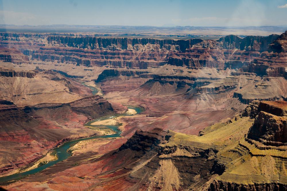 Der Blick aus dem Helikopter über den Grand Canyon mit dem Colorado River, der diese Schlucht einst so zerfurcht hat