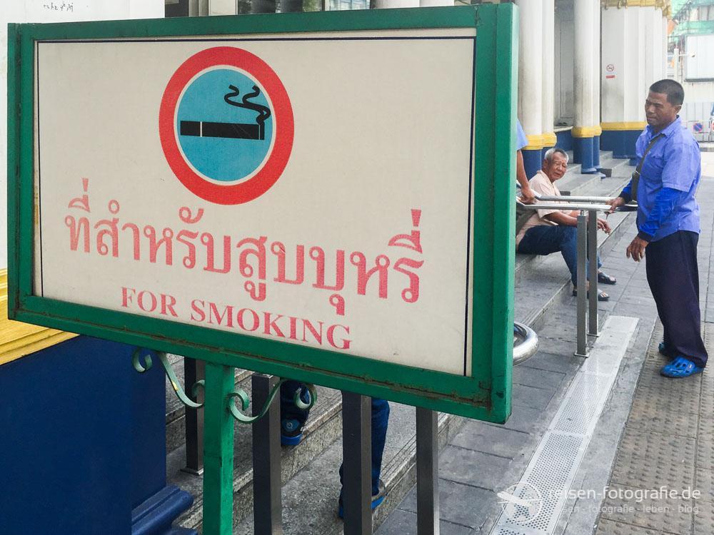 Rauchen - am Bahnhof in Bangkok