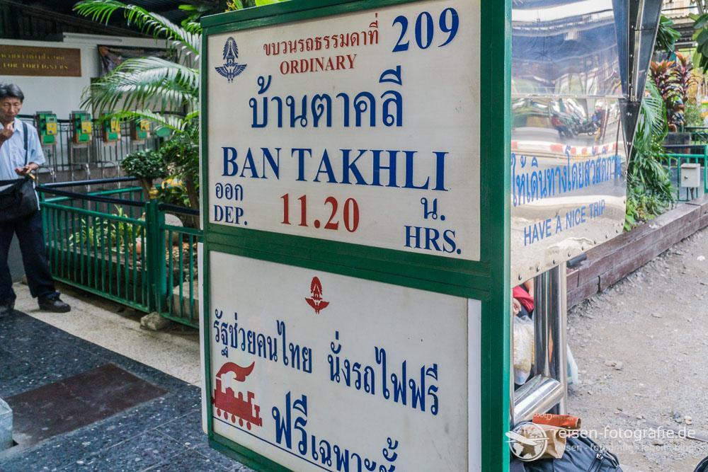 Hinweise am Bahnsteig Bangkok
