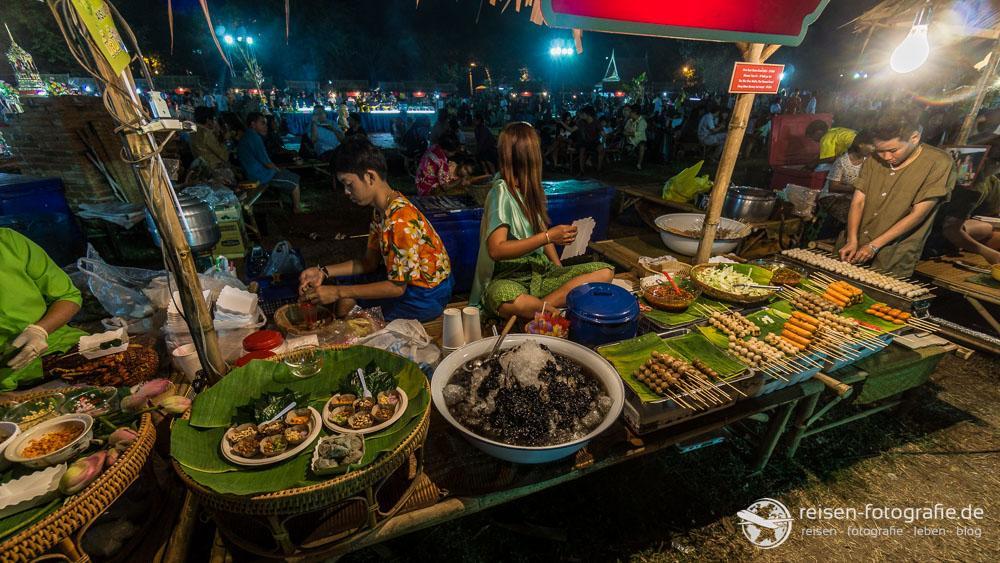 Auch als Flashpacker: Lecker Essen an der Garküche in Thailand