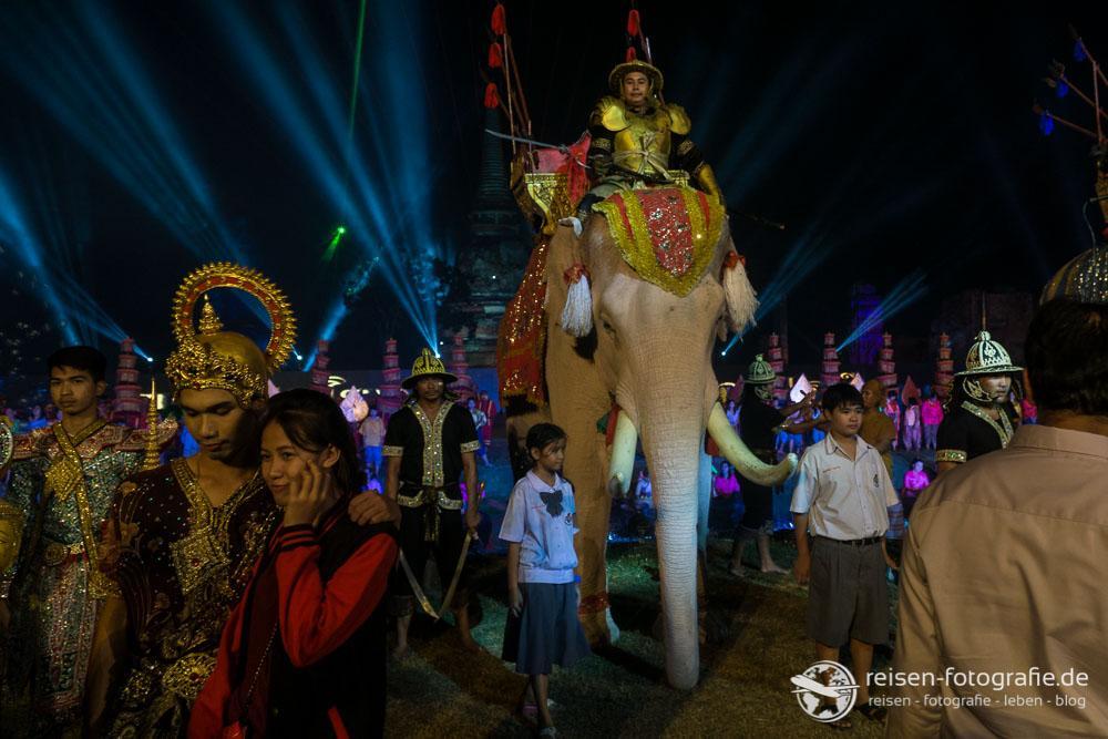 Elefanten streicheln nach der Show