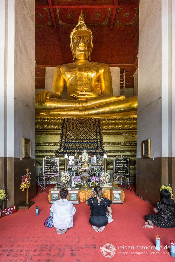 Buddha Statue im Viharn Phra Mongkhol Bophit