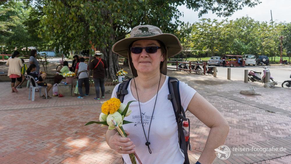 Blumen und Räucherstäbchen