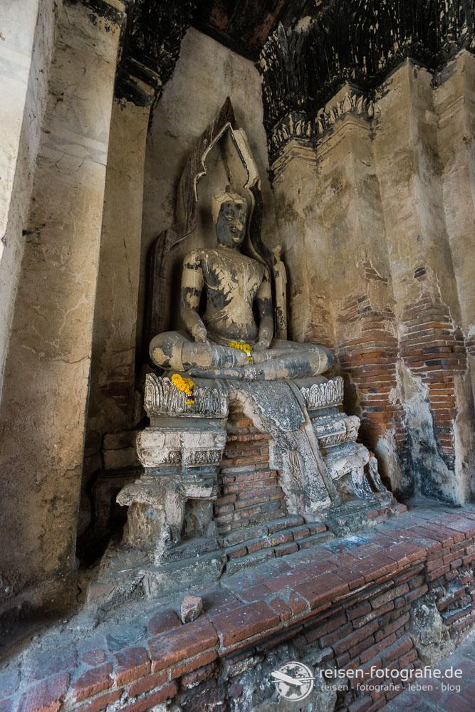 Statue im Prang im Wat Chai Watthanaram