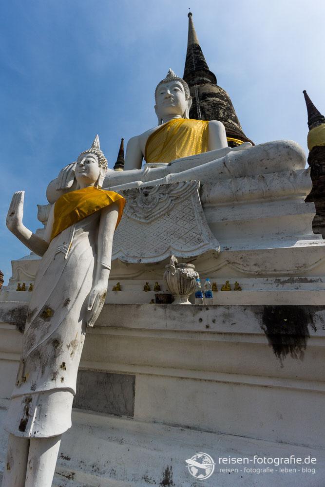 Sitzende Buddha-Statue vor der großen Chedi
