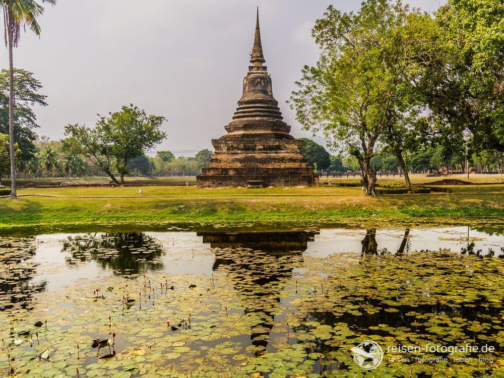 Chedi auf dem Gelände von Wat Mahatat