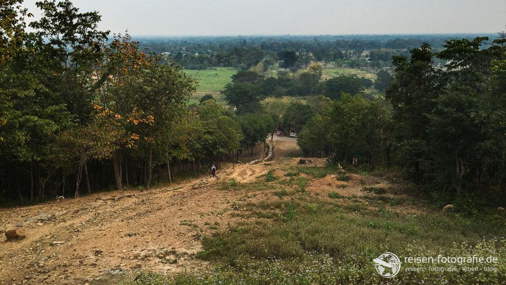 Blick runter vom Weg zum Wat Saphan Hin