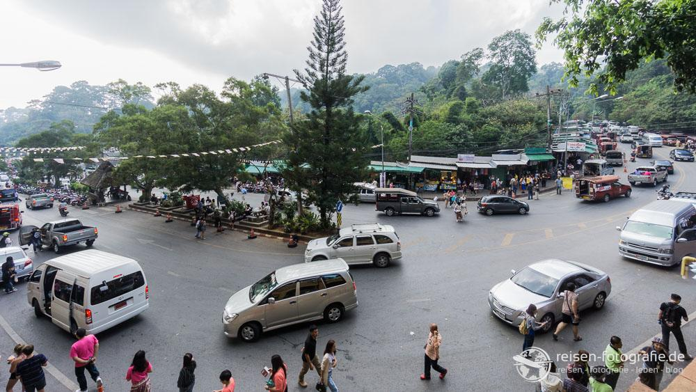 Straße am Wat Phrathat Doi Suthep