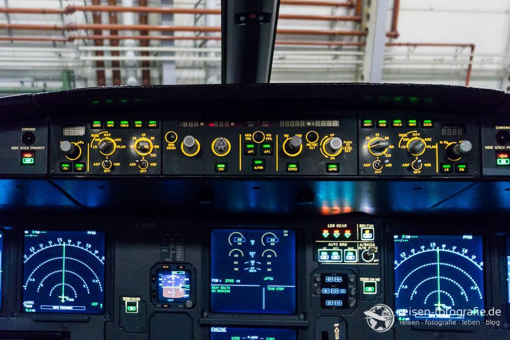 Autopilotpanel (oben) - Navigationsanzeigen (links und rechts) -  Klappen- Triebswerksinfos (unten Mitte)
