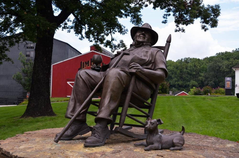 Die Statue von Booker Noe beim American Stillhouse von Jim Beam auf dem Kentucky Bourbon Trail, welches sich 30 Minuten südlich von Louisville befindet