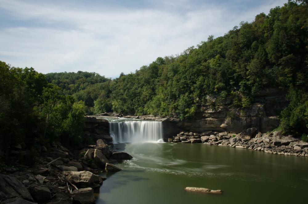 Die Cumberland Falls nahe Corbin, Kentucky sind berüchtigt für die fantastischen Mondbögen während eines Vollmonds