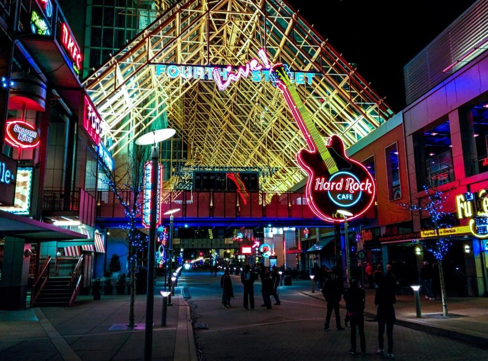 Fourth Street Live mitten in Downtown Louisville eignet sich als gute Anlaufstelle für Feierwütige