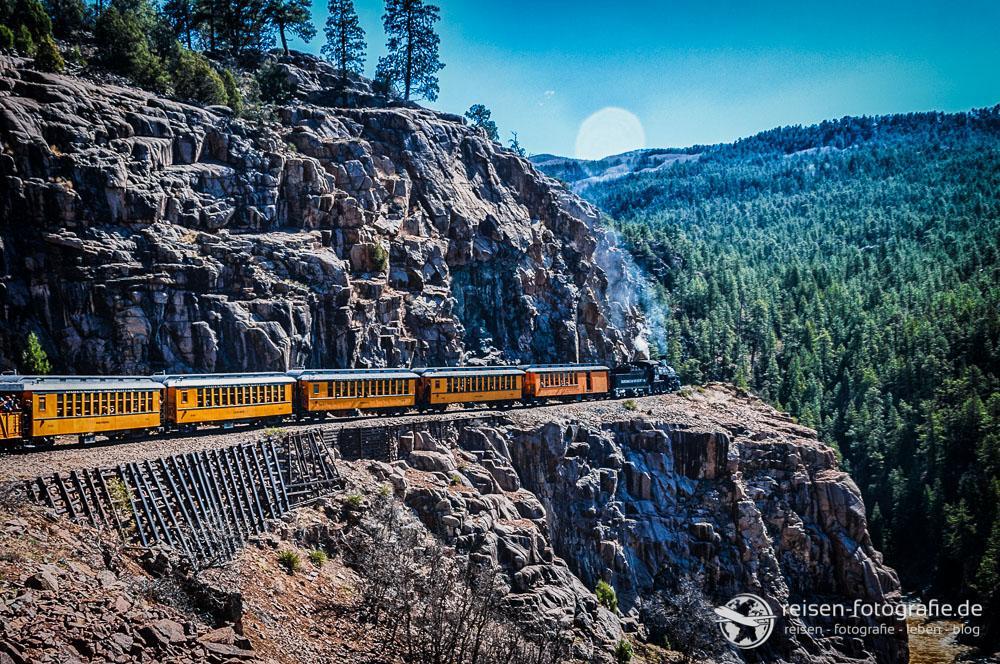 Fahrt entlang der steilen Felsen