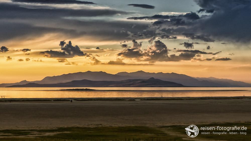 Sunset mit Bergen und Wolken am Great Salt Lake