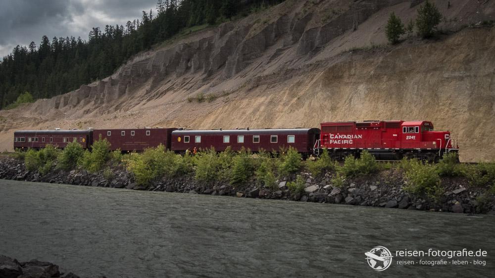 Campingplätze liegen auch in Kanada immer an der Bahnlinie