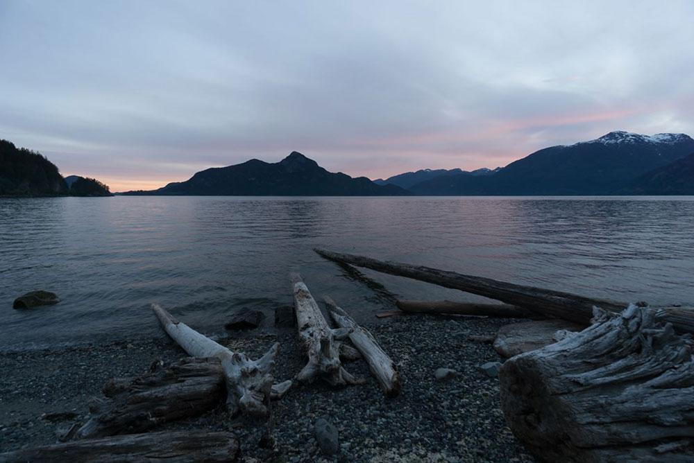 Sonnenuntergang 2 - mit Treibgut im Vordergrund