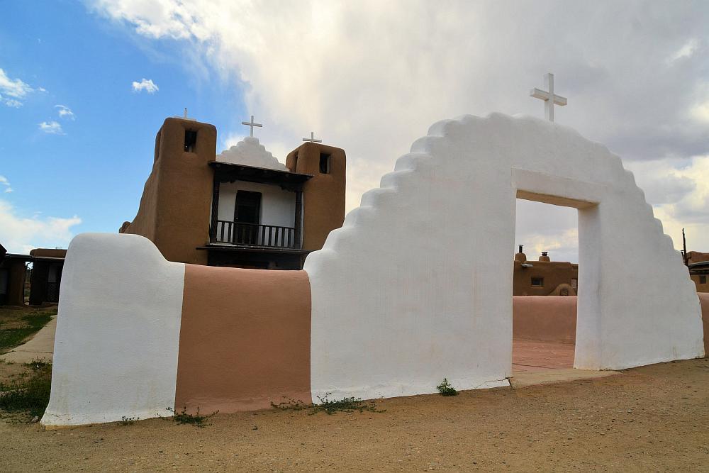 Die seit Ansel Adams berühmte Kirche im Taos Pueblo