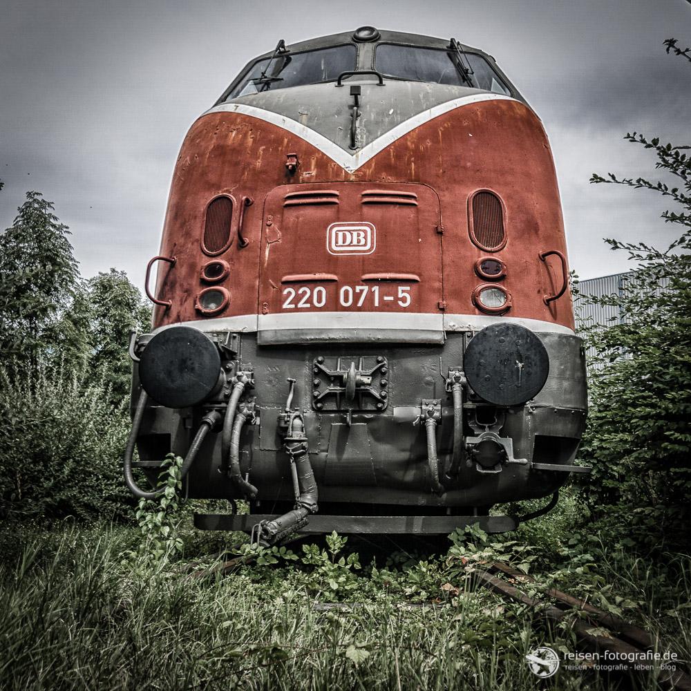 Diesellok der Baureihe 220 - aus der Bodenperspektive