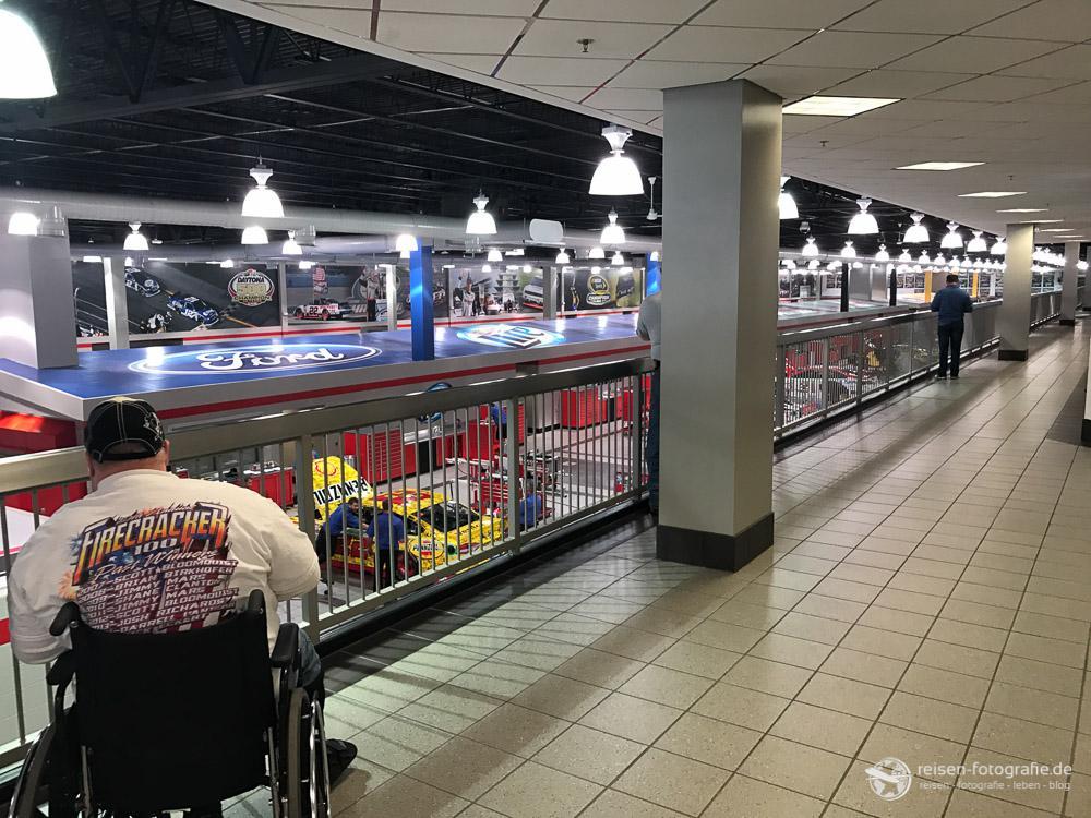 Besuchergalerie beim Team Penske