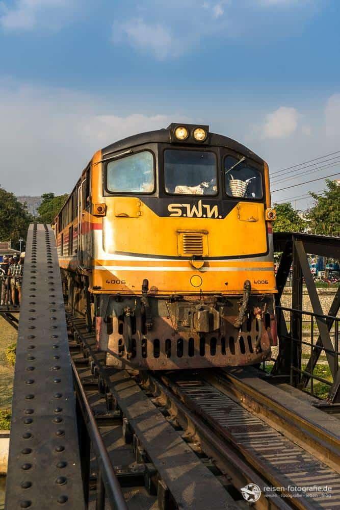 Zug auf der Brücke am Kwai