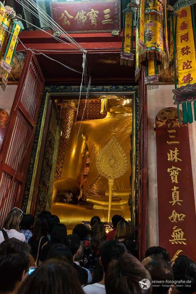 Vor der Tür zum sitzenden Buddha