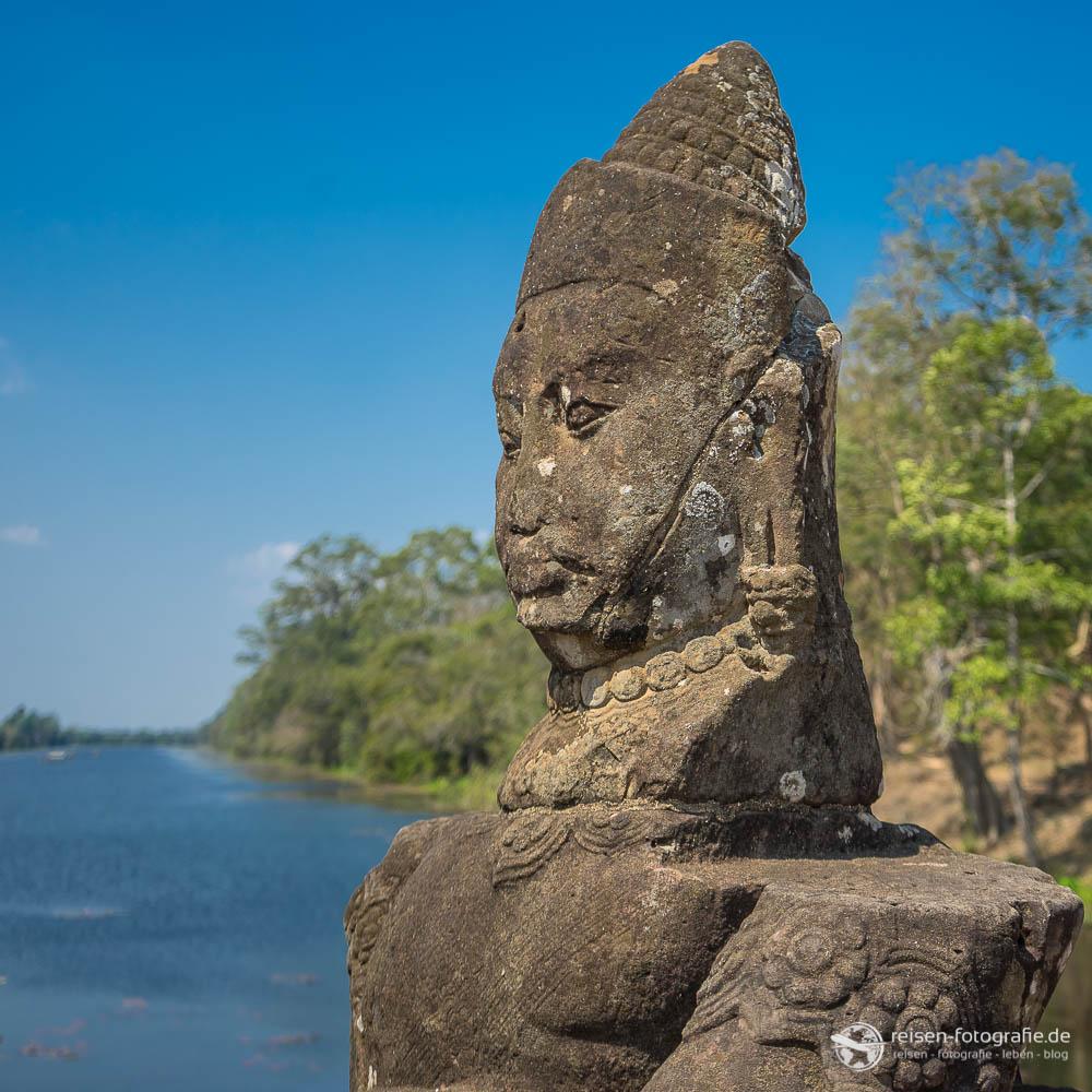Statuen an den Toren nach Angkor Thom