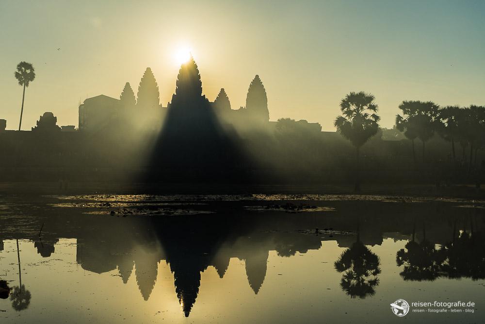 Die Sonne hinter dem Angkor Wat
