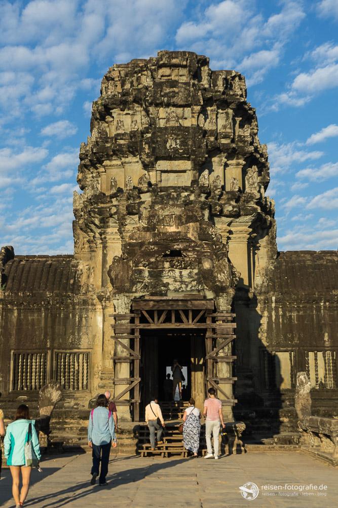 Tor in der äußeren Mauer von Angkor Wat