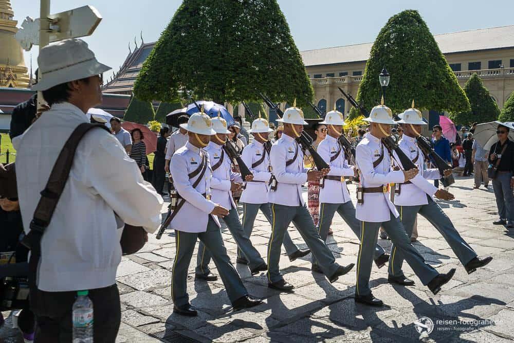 Nicht nur Touristen marschieren zum Großen Palast