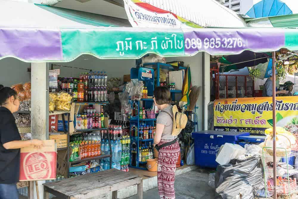Supermarkt und Ticketschalter für die Fähre nach Ko Kret